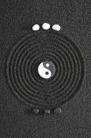 Japanse Zen tuin met yin en yang stenen