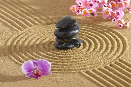 Giardino zen giapponese con pietra in sabbia
