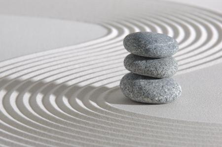 apilar: Jardín zen japonés con la piedra en la arena