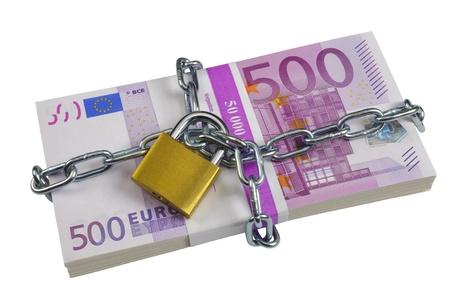 banconote euro: un gruppo di 500 euro banconote chiuso con la catena