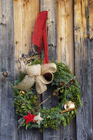 coronas de navidad: corona de abeto como decoración de Navidad en puerta de madera
