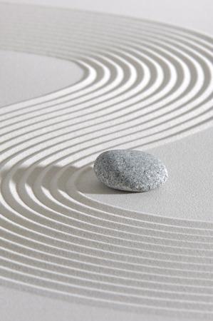 piedras zen: Jardín zen japonés con piedra en la arena blanca rastrillada Foto de archivo
