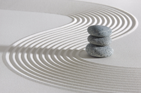 Japanese ZEN garden with stacked stones in raked sand Standard-Bild
