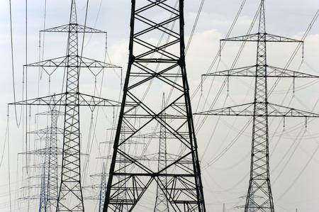 torres de alta tension: panorama de muchos postes de energía eléctrica