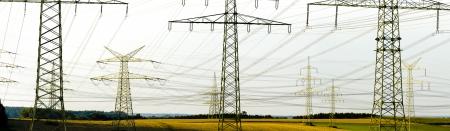 Panorama di molti poli di potenza elettrica Archivio Fotografico - 25110976