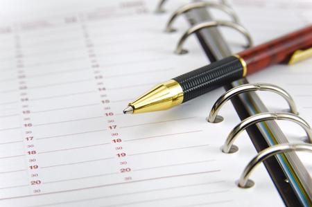 calendario escolar: planificador en blanco el tiempo con la pluma Foto de archivo