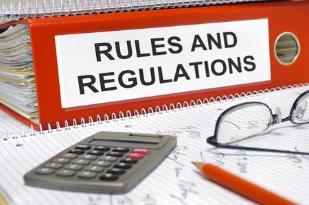 規則および規則のフォルダーに書かれて 写真素材