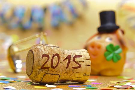 in bocca al lupo: tappo di champagne contrassegnato con l'anno 2015 a fronte di maiale con quadrifoglio come simbolo di buona fortuna