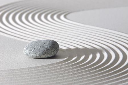 Japanse Zen-tuin met stenen in het zand