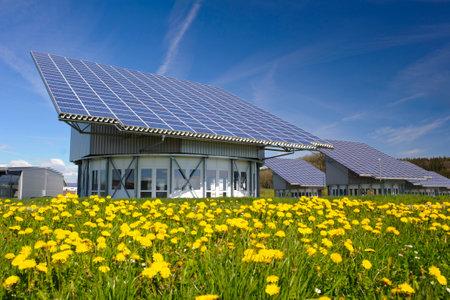 zonnestelsel op industriële dak in Duitsland Redactioneel