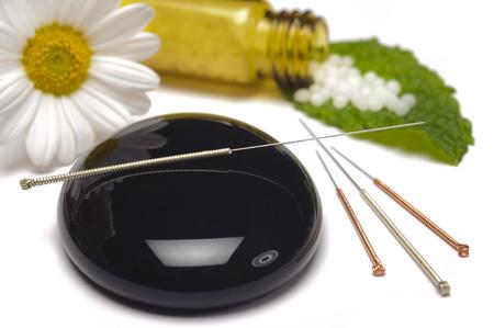 medicina natural: medicina alternativa con las píldoras a base de hierbas y la acupuntura