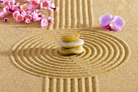 Japanse Zen-tuin met feng shui en gestapelde stenen in het zand
