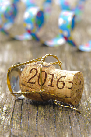 幸せな新年 2016年パーティーでシャンパンのコルクを