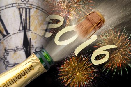 brindisi spumante: Felice anno nuovo 2016 con popping champagne e orologio a mezzanotte