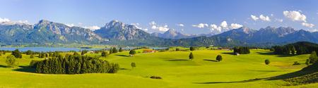 アルプスの山々 と、ドイツ、バイエルン州の広いパノラマ風景
