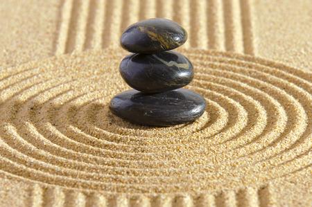 zen attitude: Jardin zen avec des pierres empilées dans le sable