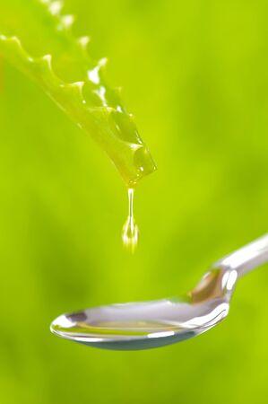 medicina natural: gota de Aloe vera está cayendo en una cuchara