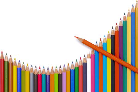 paleta de pintor: grupo de lápices de colores muestran la carta con éxito