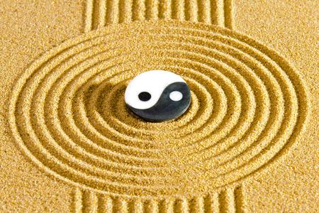 Jardin zen japonais avec du sable et de la pierre texturé Banque d'images