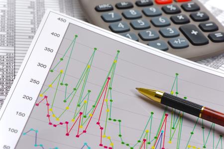 grafiek en rekenmachine tonen succes op beurs Stockfoto