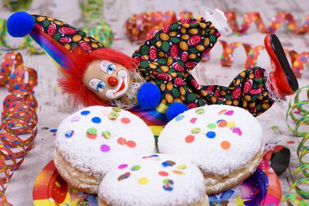 Donut am Karneval mit Konfetti und Clown