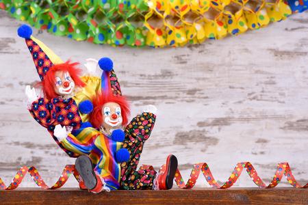 payaso: payaso con serpentina de papel en la fiesta de carnaval