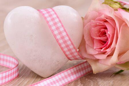 flores de cumpleaños: Día de San Valentín en el romance con la rosa y el corazón como símbolo para el amor Foto de archivo