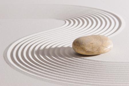 日本の禅庭掃きならされた砂の石に