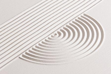 Japanischen Zen-Garten mit weißem Sand geharkt Standard-Bild - 56032594