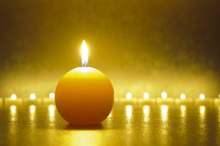 Meditación con una gran luz de vela y la reflexión sobre el suelo