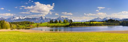 ババリアの美しい湖とアルプスの山々 のパノラマ風景