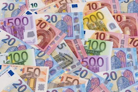 billets euros: Beaucoup de billets en euros en détail sur la table