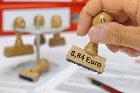 salarios: 8,84 euros el salario mínimo en Alemania impreso en el sello de goma