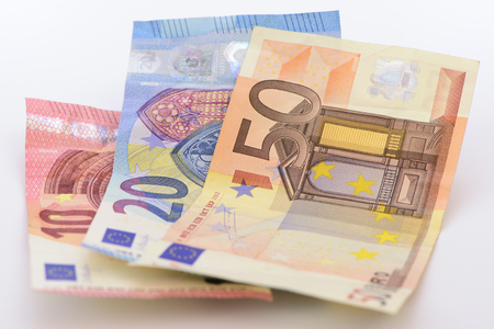 banconote euro: tre banconote in euro come gruppo posa sul tavolo