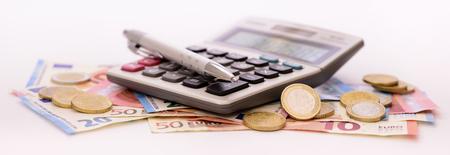 多くのユーロ紙幣とテーブルの上に敷設電卓