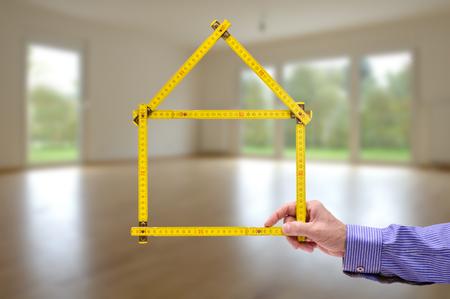 folded yardstick in hand of real estate agent 版權商用圖片 - 71173769