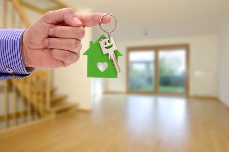 Hausschlüssel als Angbot für neues Haus und Wohnung Stock Photo