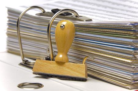 ringbinder met documenten en lege rubberzegel klaar voor uw tekst