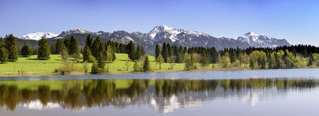 アルプスの山々 が湖でミラーリングの美しいパノラマ風景 写真素材