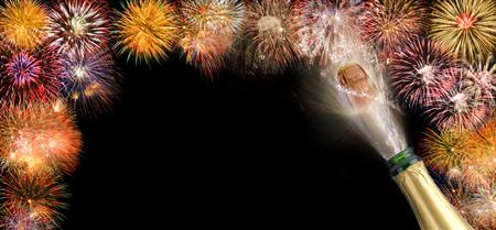 Knallender Korken Champagner mit Feuerwerk für Silvester 2018 Standard-Bild - 87644518