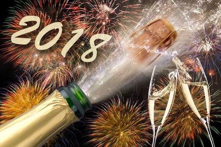 실베스터와 새해 전야에서 샴페인과 불꽃 놀이가 튀어 나와 2018 년 스톡 콘텐츠 - 88488465