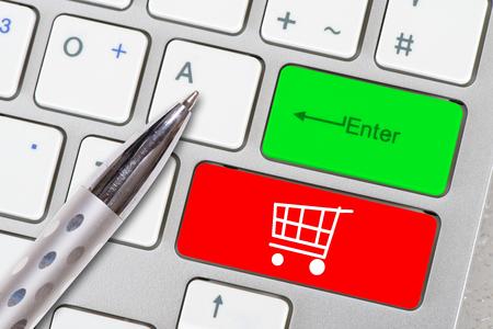 carrito de compras en línea impreso en el teclado de la computadora