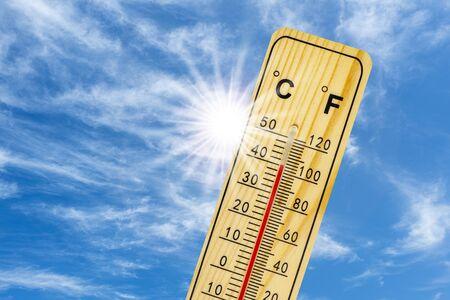 termómetro muestra 40 grados en el calor del verano