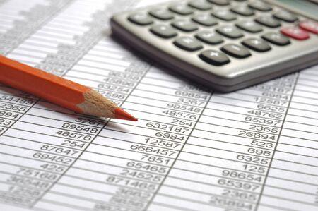 Cálculo financiero con gráfico de mercado de valores.