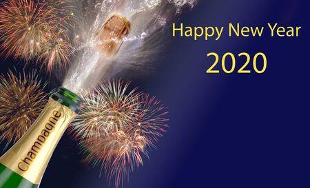 Feliz año nuevo 2020 con fuegos artificiales y una botella de champán salpicando