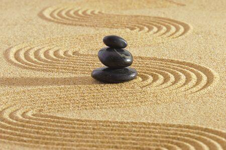 Japanischer Meditationsgarten im Sand mit Stein
