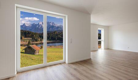 patrząc na zewnątrz z nowego domu do pięknego krajobrazu
