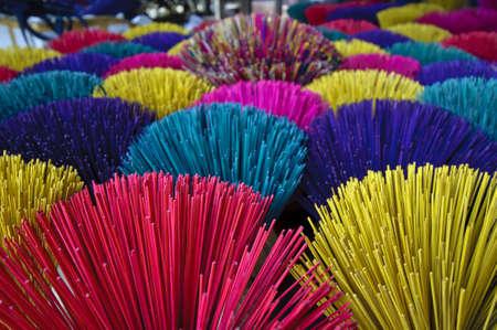 incienso: Los varios colores de incienso en Hoi An, Vietnam
