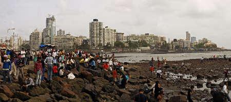 long weekend: MUMBAI, INDIA - 18 luglio 2009: La gente del posto celebrare il lungo fine settimana sulla costa del mare Arabico a Mumbai, India. Mumbai � la citt� centrale di Indian citt� finanziaria. Editoriali