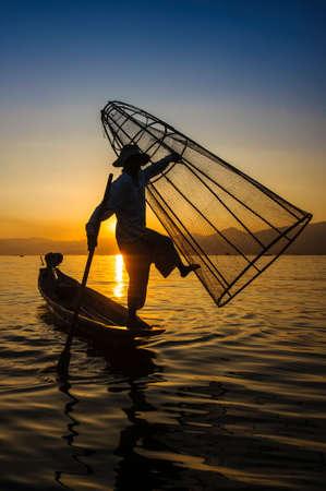 pecheur: Un pêcheur local est la pêche en bateau, le lac Inle, Myanmar.
